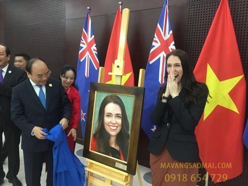 Nữ thủ tướng New Zealand bất ngờ và vui sướng khi được Thủ tướng Nguyễn Xuân Phúc tặng bức tranh sơn dầu vẽ chân dung mình tại APEC.
