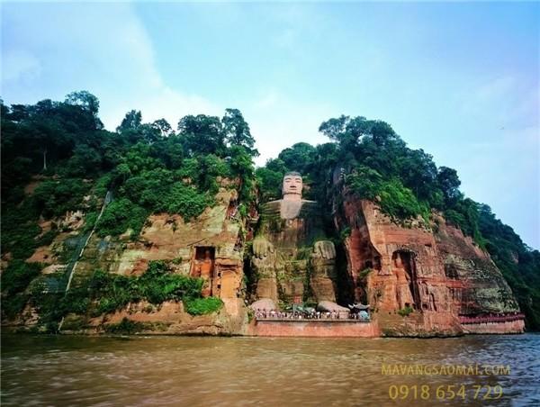 Pho tượng Phật bằng đá lớn nhất thế giới được tạc vào sườn núi